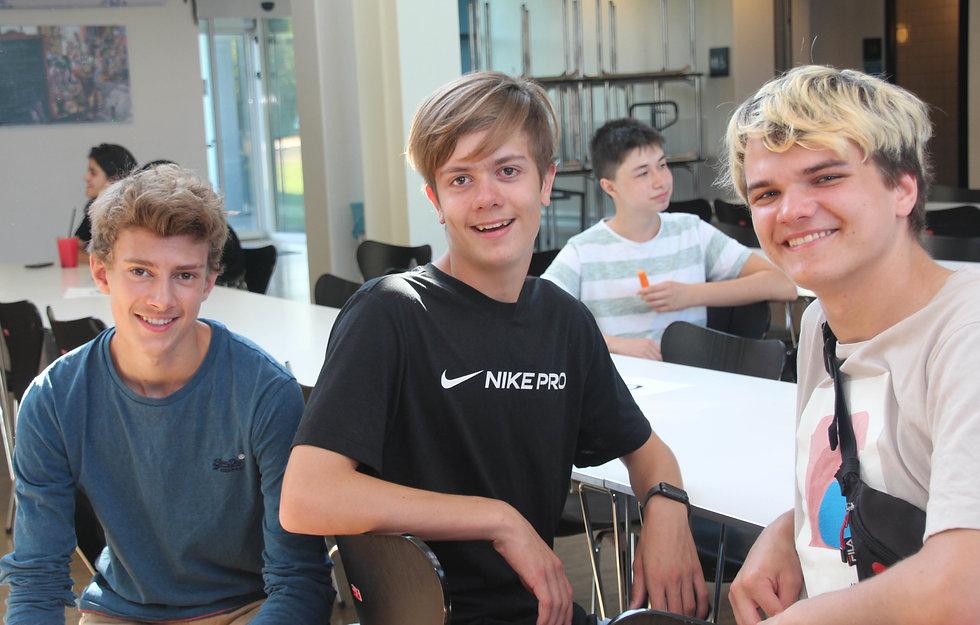 3 elever i kantinen på EG