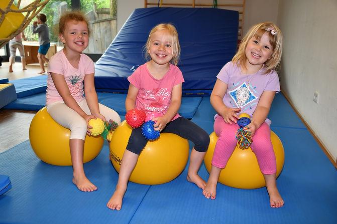 3 Mädchen auf Hüpfball.jpg