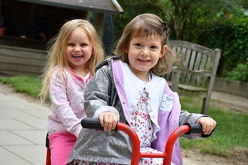 2 Mädchen auf Dreirad.jpg