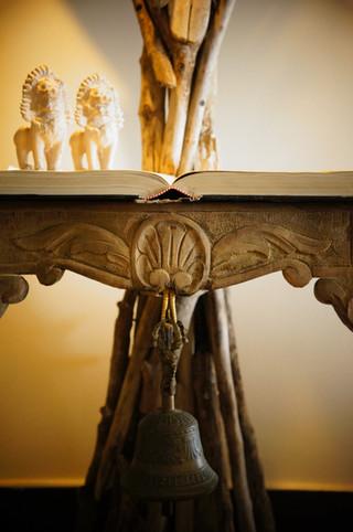 Τραπέζι από βιβλίο & ξύλα, με φως