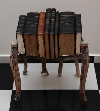 Τραπέζι από βιβλία & ξύλο