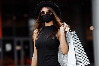WTHERMAL-Woman-black-dress-shopping-mask