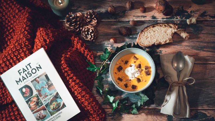 Velouté de carotte au Curcuma, fromage frais, croutons & noisettes