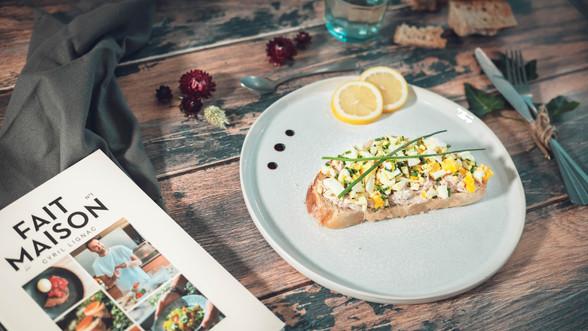 Tartine oeuf mimosa, thon & fromage frais