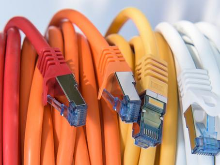 באיזה כבלים משתמשים לתקשורת מחשבים?