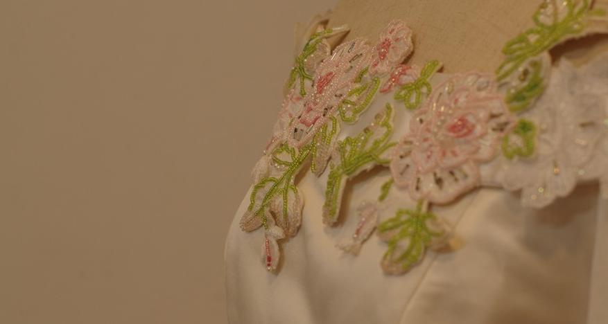 ウェディングドレス 胸元の刺繍
