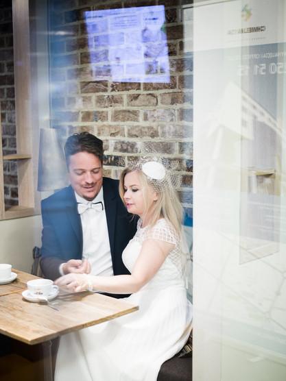 sesja w kawiarni, zdjęcia ślubne przy kawie, green caffe nero, plener, przez szybę