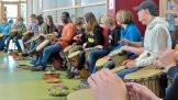 Im Rahmen eines Workshops konnten sich die Schüler mit afrikanischem Trommeln vertraut machen. Die afrikanische Initiative Black & White bot an der Geschwister-Scholl-Oberschule in Bad Laer Einblicke in Politik und Gesellschaft Westafrikas sowie Tanz und Gesang. Foto: Christoph Beyer