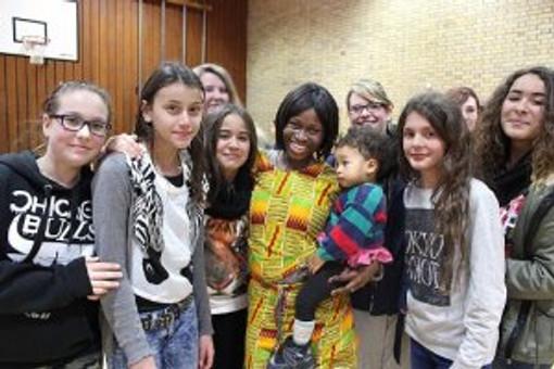 Die kleine Rosa, hier auf dem Arm ihrer Mutter, war der heimliche Star der Musikergruppe Black und White.