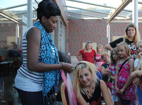 """Gruppe """"Black & White"""" bringt Wangerooges Kindern und Erwachsenen Afrika näher"""