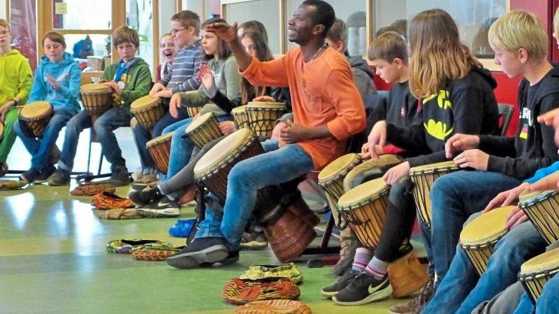 Im Rahmen eines Workshops konnten sich die Schüler mit afrikanischem Tromeln vertraut machen. Die afrikanische Initiative Black&White bot an der Geschwister-Scholl-Oberschule in Bad Laer Einblicke in Politik und Gesellschaft Westafrikas sowie Tanz und Gesang. Foto: Christoph Beyer