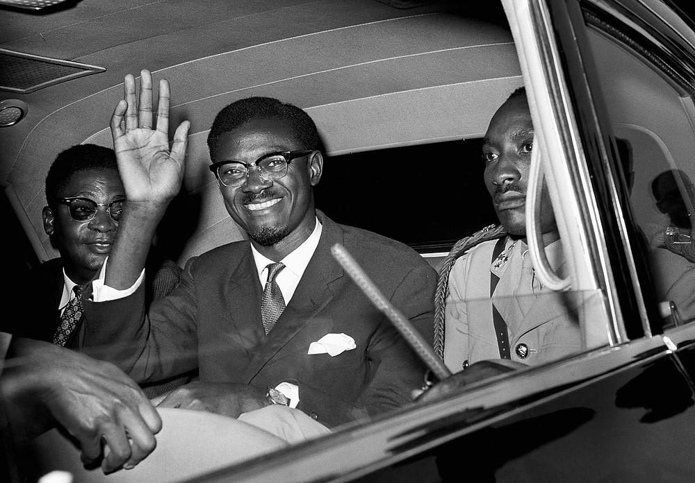 Patrice Lumumba grüsst aus einem Auto. Aufgenommen am 24. Juli 1960 in New York.