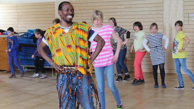 """Jambo bwana"": Tanzen mit Roger aus Uganda."
