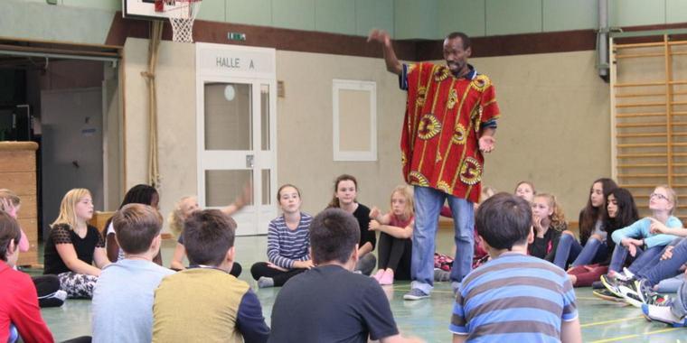Roger Nsambu beantwortet Schülern Fragen zu seiner Heimat Uganda.