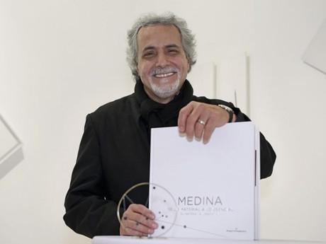 Carlos Medina :  De lo Material a lo Esencial