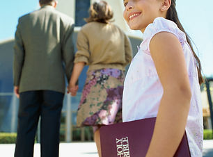 Chica ir a la iglesia