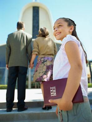 Família em frente a igreja