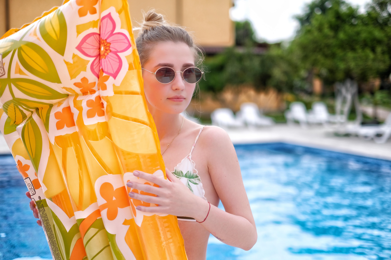 Отель ПАПА девушка у бассейна