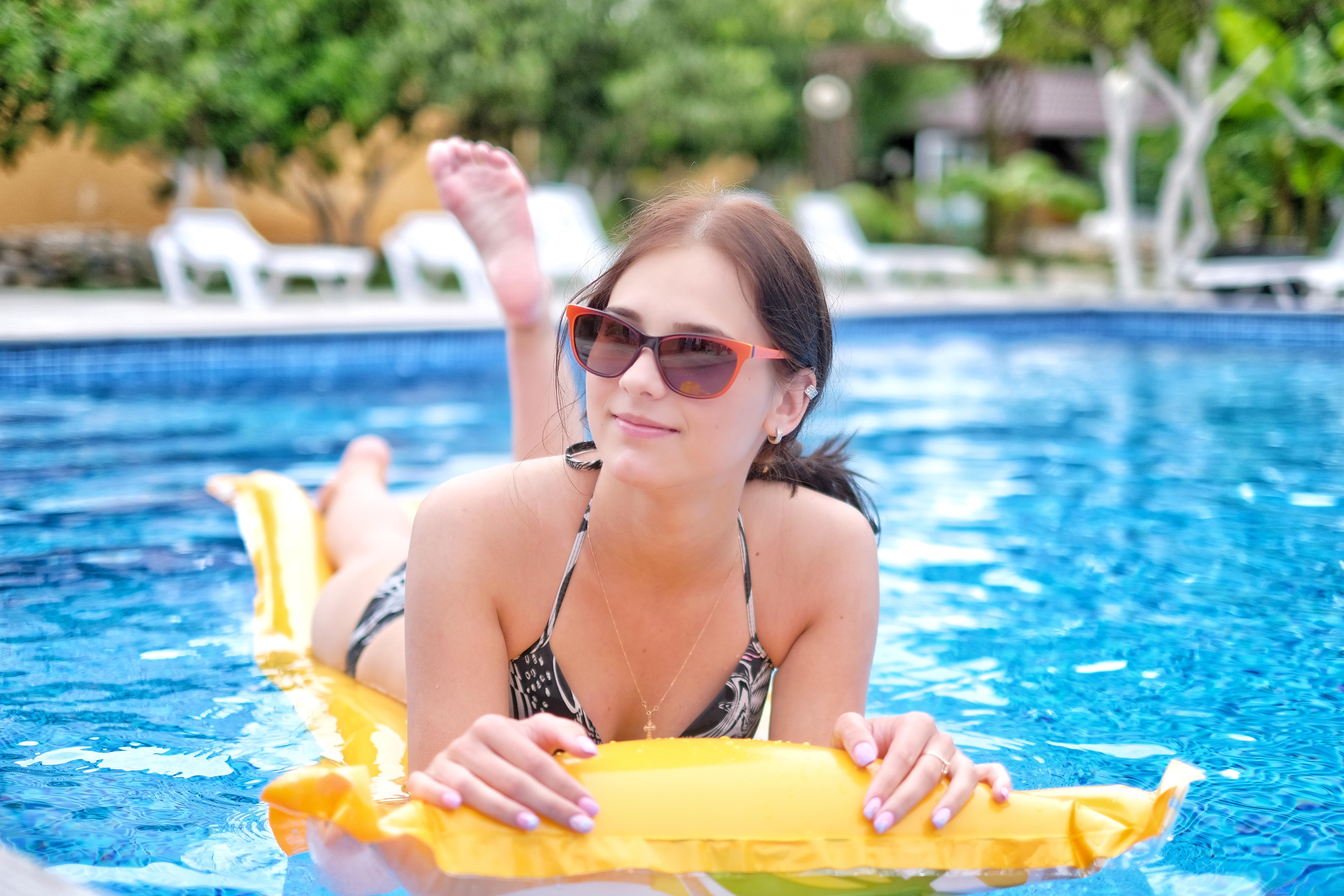 Отель ПАПА девушка в бассейне