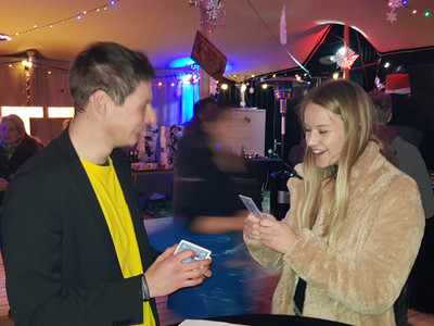 Goochelen laat meisje lachen bij bedrijfsfeest Muntz Amersfoort