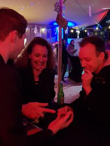 Goochelen laat mensen lachen bij bedrijfsfeest Muntz Amersfoort