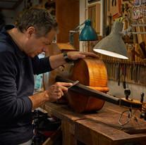 יונתן. בונה כלי נגינה קלאסיים.