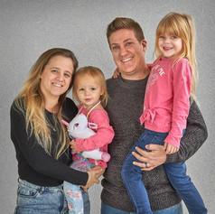 עופר ודניאלה יחד עם הילדים.צילום פורטרט משפחתי בתאורת סטודיו ביתי.