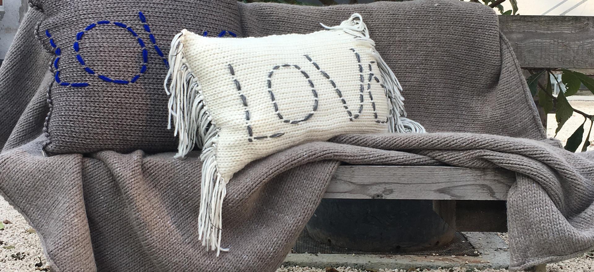 Cuscini e coperta maglia e felpa.Ricamo handmade