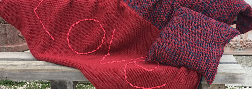 Kissen und Strick- und Stoffdecke. Handgemachte Stickerei