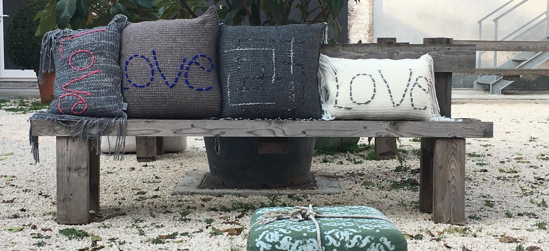 Cuscini maglia e felpa . Ricamo handmade