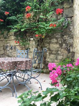Summer in the courtyard/ L'éte dans la cour