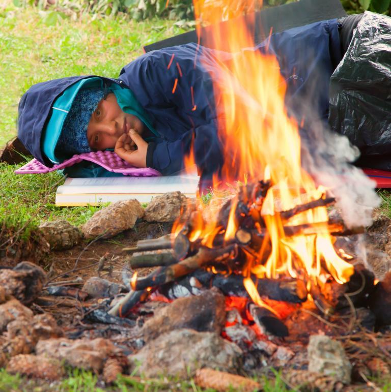 dem Knistern des Feuers lauschen
