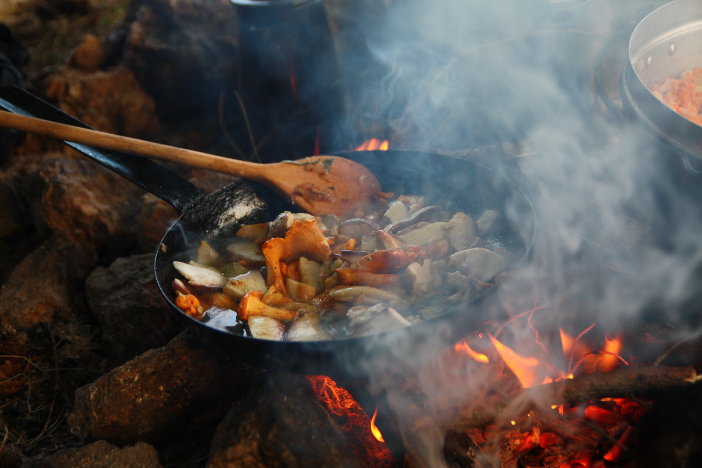 Schwammerl-Pfanne am Feuer