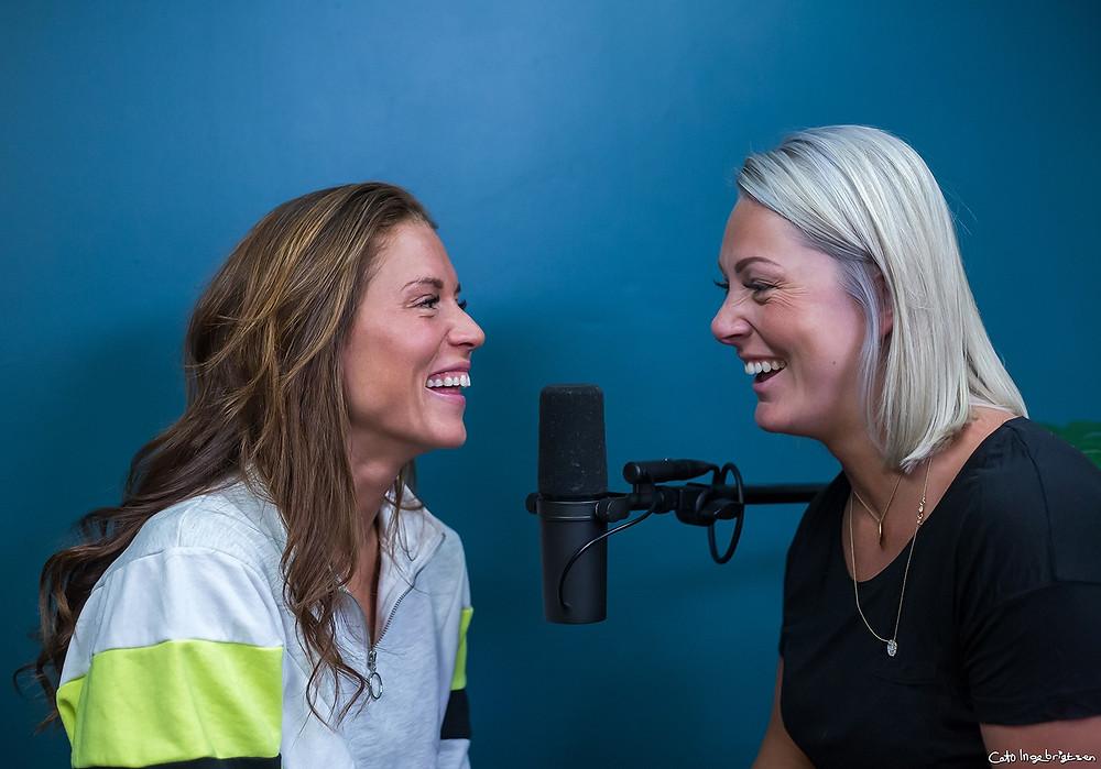 Cathrine Montero Moen og Karianne i podcasten Bjuda På