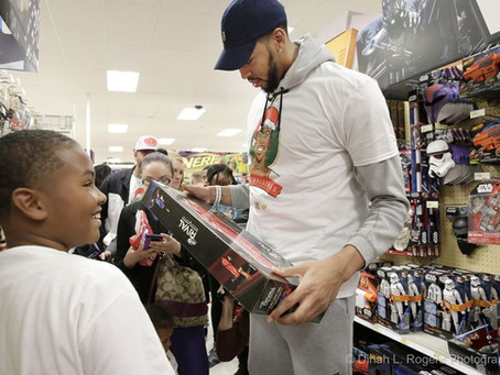 Anthony Davis hosts 100 children for Christmas toy giveaway