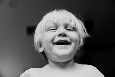iloinen poika mustavalkoisessa kuvassa