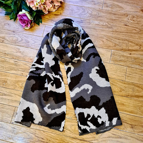 Camouflage knitted scarf