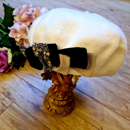 Wool beret with velvet bow