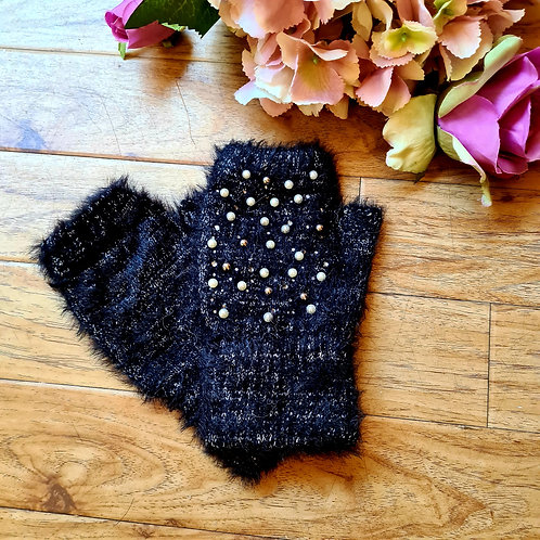 Fingerless gloves with pearls.