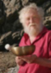 Peter-Hess-mit-einer-Klangschale.jpg
