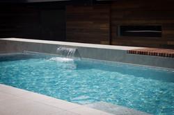Beton zwembad houten ligbank