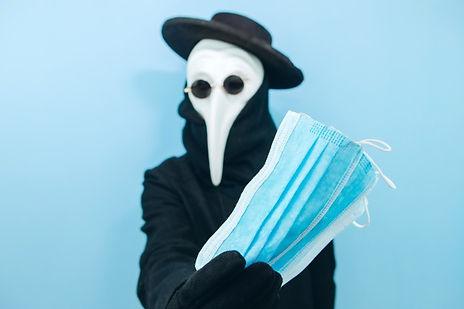 creative-man-protective-mask-glasses-hat