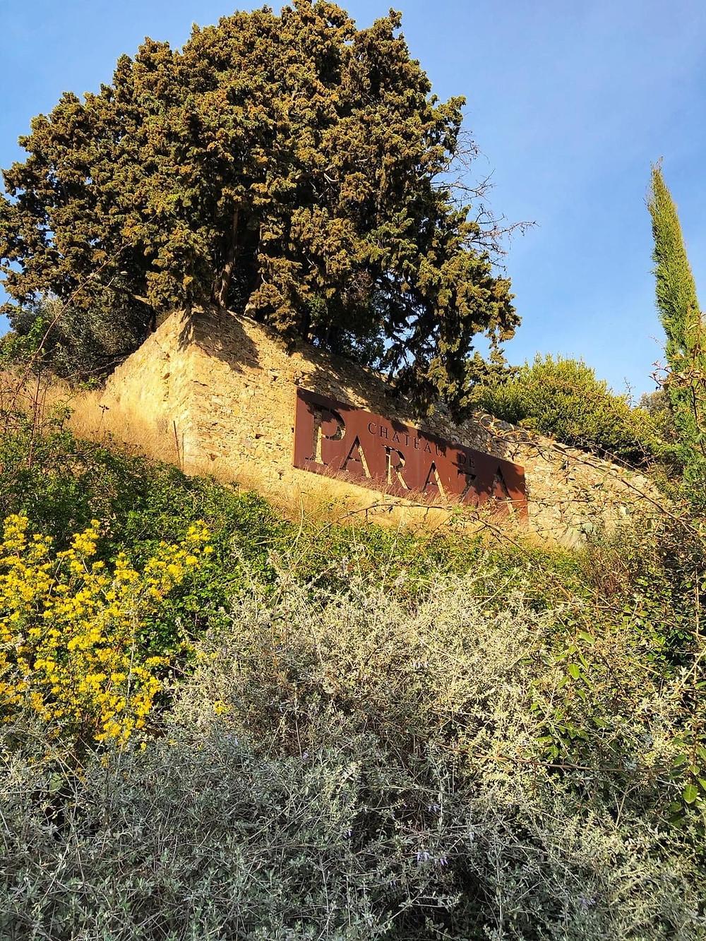 Entrée au Château de Paraza, Minervois amoureux du vin dégustation oenotourisme Languedoc la petite nenette consultance vin et communication