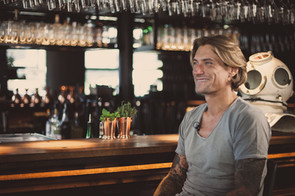 Mann an der Bar I Cemera Photography