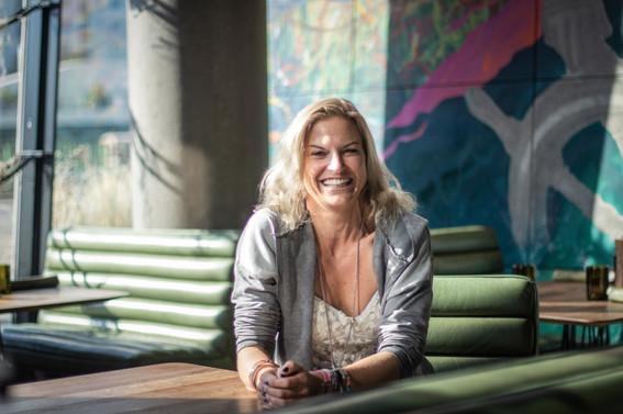 Fröhliche Frau I Cemera Photography