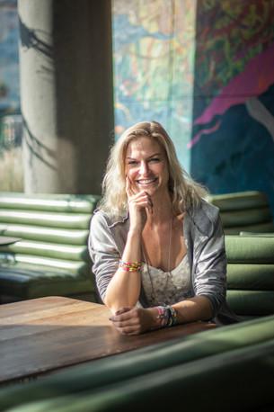 Frau am Tisch I Portrait I Cemera Photography