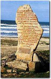 """menhir en souvenir du naufrage du vaisseau """"les droits de l'homme"""" érigé en haut de la plage de canté à plozévet"""