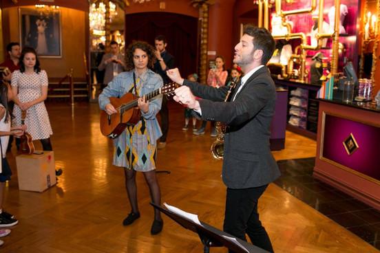 מנצח על המקהלה בטקס פתיחת המחזמר צ'רלי בממלכת השוקולוד בברודווי ניו יורק