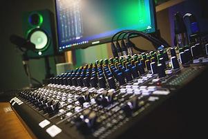 studio-4004849_1920-768x512.jpg