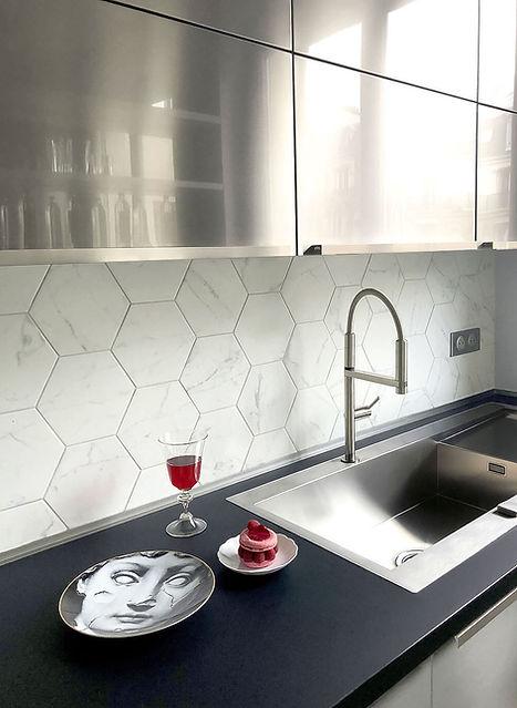 cuisine inox, evier inox,assiette fornasetti, credence hexagone marbre, patisserie ispahan, plan de travail noir